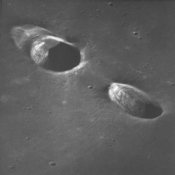 Кратер Мессье (слева) и сателлитный кратер Мессье А. Снимок с борта Аполлона-11.