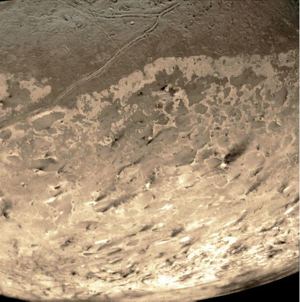 Следы извержений криовулканов на поверхности Тритона - спутника Нептуна.