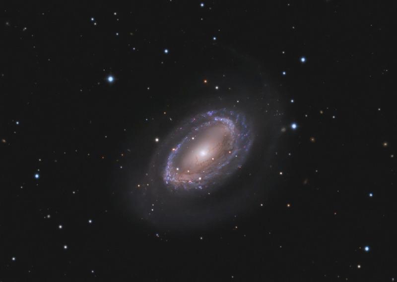 Спиральная галактика NGC 4725