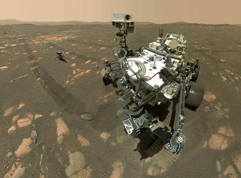 Первое селфи марсохода Perseverance, склеенное из 62 отдельных фотографий
