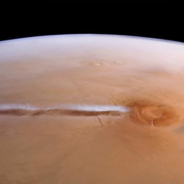 Облако над вулканом Арсия на Марсе