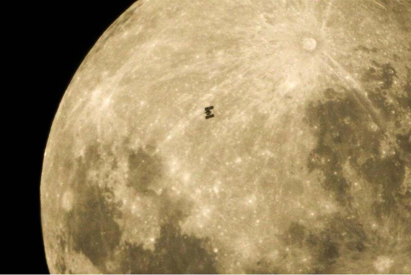 МКС пролетает на фоне Луны
