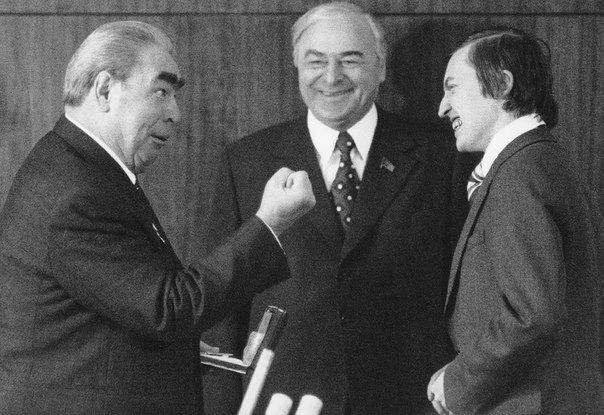 Леонид Брежнев награждает шахматиста Анатолия Евгеньевича Карпова
