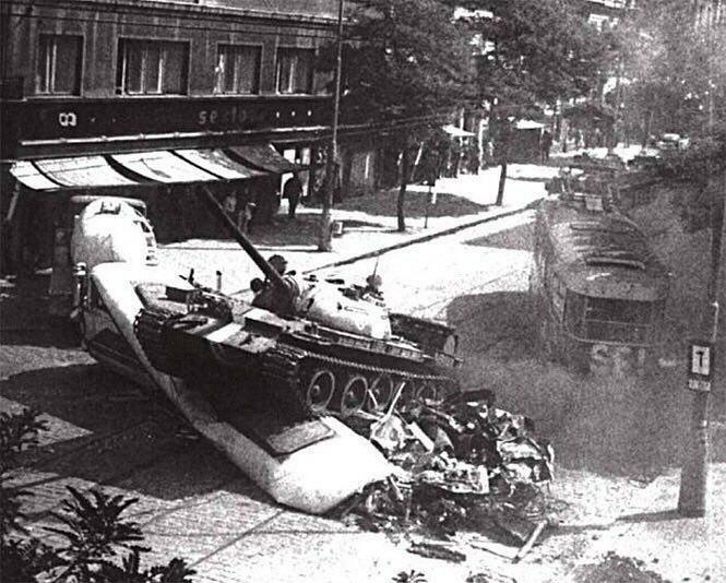 Советский танк давит чешский трамвай