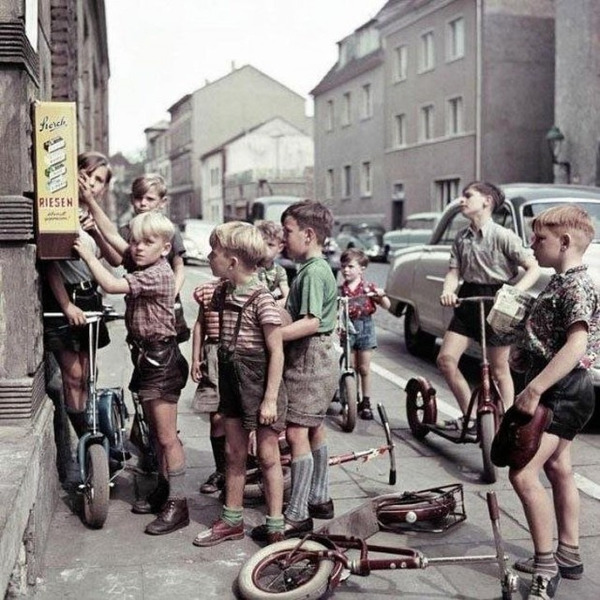 Немецкие мальчишки у автомата с жвачкой, 1955
