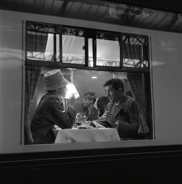 1960. Пара пьет вино в вагоне-ресторане поезда «Золотая стрела» в Дувре, Кент, 17 ноября
