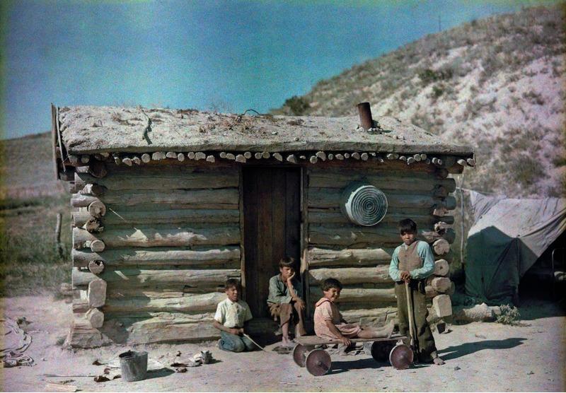 1929. Ричард Хьюитт Стюарт. Индейская резервация Пайн-Ридж, Южная Дакота – детвора возле дома с дерновой крышей.