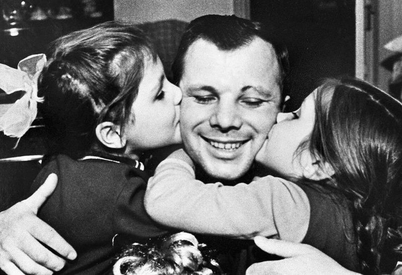 Юрий Гагарин со своей семьёй