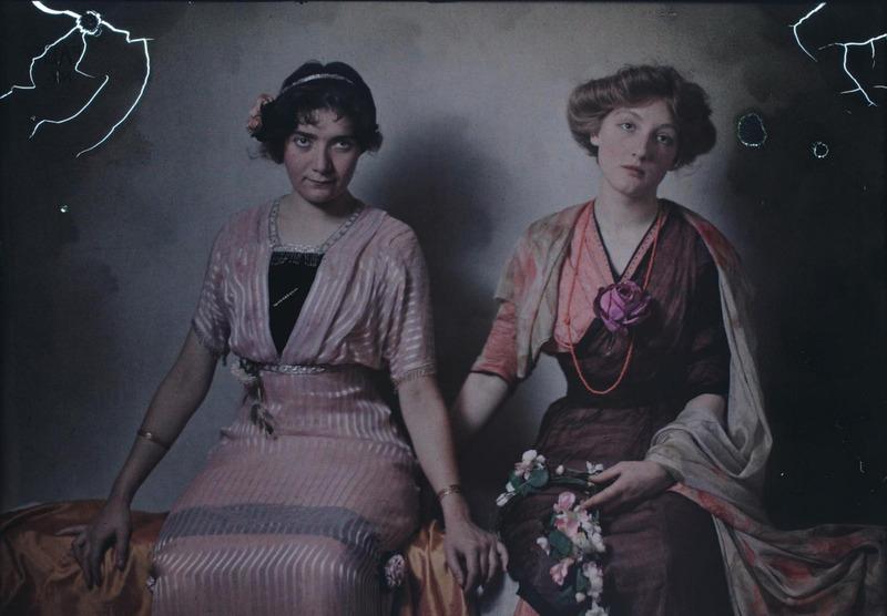 1915. Бенджамин Дж. Фальк. Две женщины сидят на скамейке