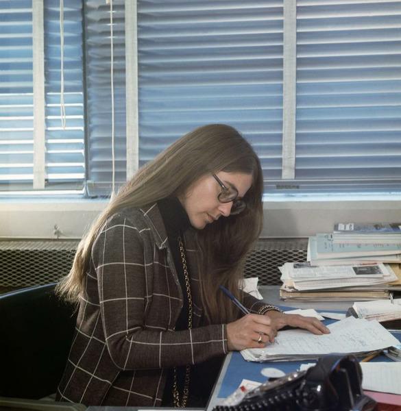 Маргарет Гамильтон, главный инженер программного обеспечения в НАСА, за работой.