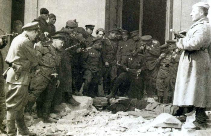 Советские военные возле убитого двойника Гитлера, Германия, 1945 год.