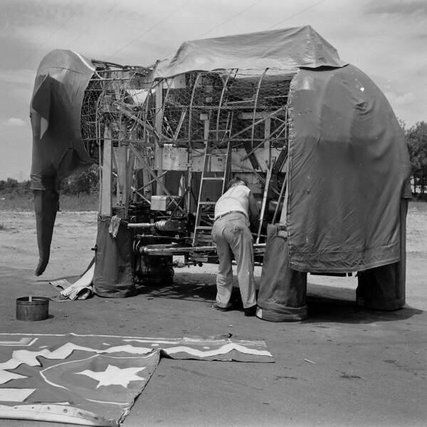 Изобретатель Джордж Хаттон работает над механическим слоном Джамбо, 1938 год