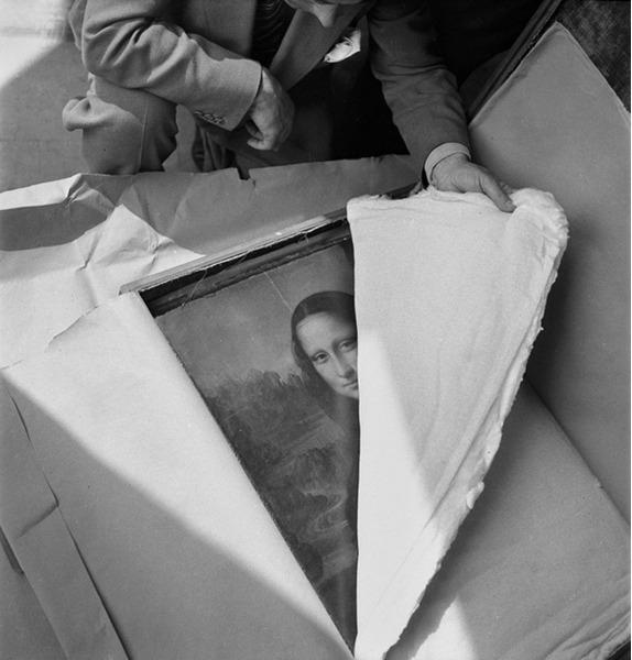 Знаменитая картина Мона Лиза кисти Леонардо Да Винчи вернулась в Лувр после окончания Второй мировой войны.