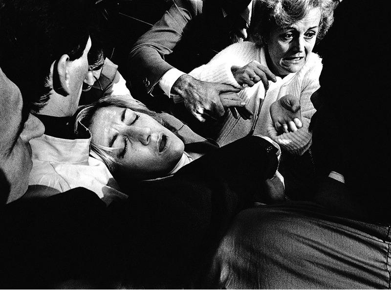 Женщина без сознания в гуще толпы в Турине. 1978 год.