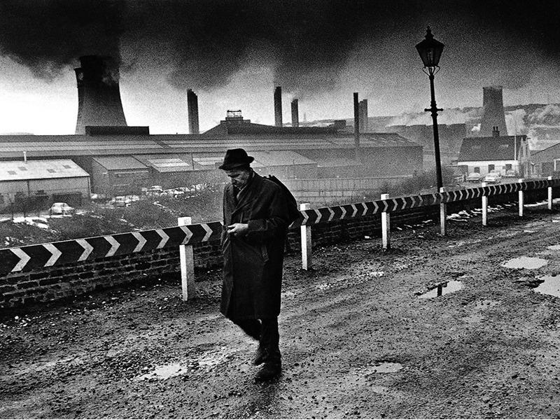 Житель промышленного города прогуливается по дороге. Англия, 1970 год.