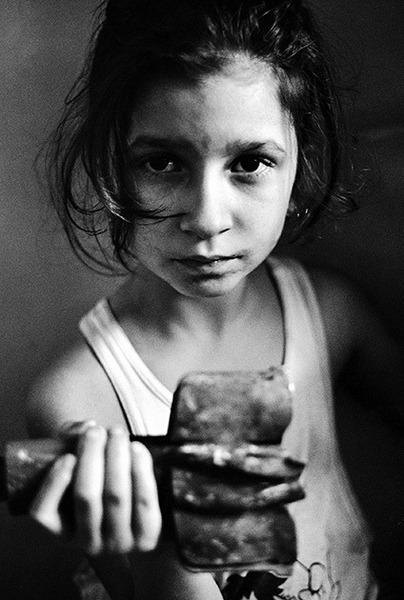 Маленькая девочка из Сараево во время Боснийской войны. 1992 год.