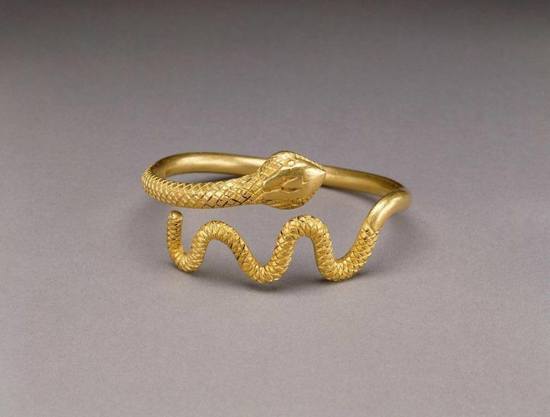 Золотой браслет в виде змеи