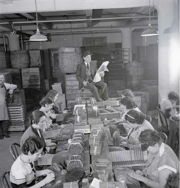 Лектор читает газету для работников табачной фабрики, 1900 год.