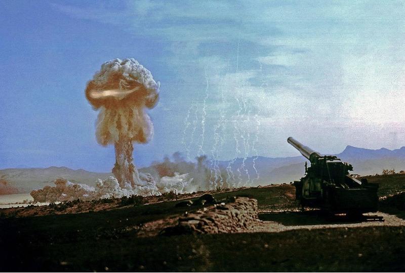 Огненный шар поднимается во время испытания ядерной артиллерии. 25 мая года. Най Каунти, штат Невада, США 1953.