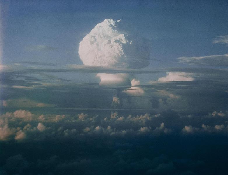 Грибовидное облако во время серии ядерных испытаний, проведенных Соединенными Штатами на Маршалловых островах в Тихом океане 1952.