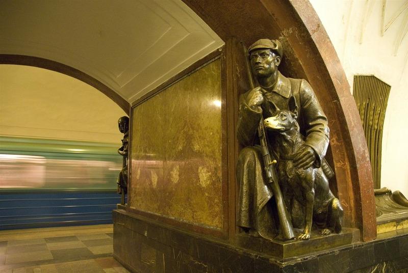 Пограничник с собакой в московском метро