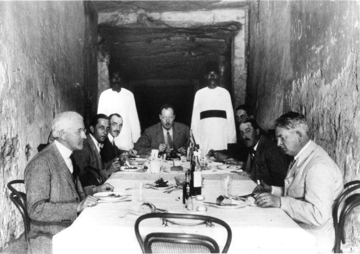 Археологи за обедом в гробнице фараона Рамсеса XI, Египет, 1923 год.