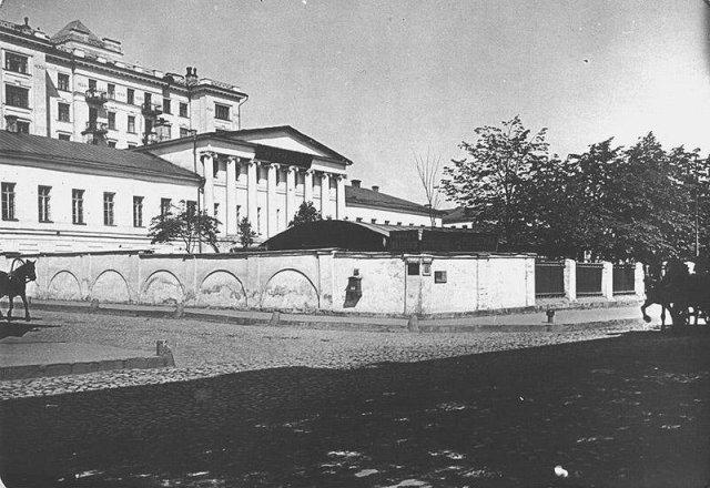 Вид на усадьбу Бутурлиных с угла Знаменки и Крестовоздвиженского переулка