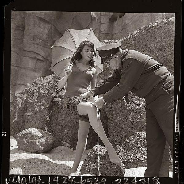 Полицейский Чак Пейтон проверяет, соответствует ли купальный костюм актрисы Мирны Росс закону Redondo Beach 1933 года