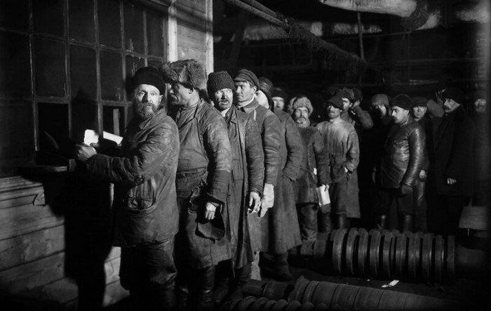 Завод Красный путиловец. Очередь за зарплатой. 1926 год.