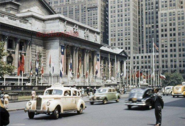 Уличная сцена рядом с Нью-Йоркской библиотекой