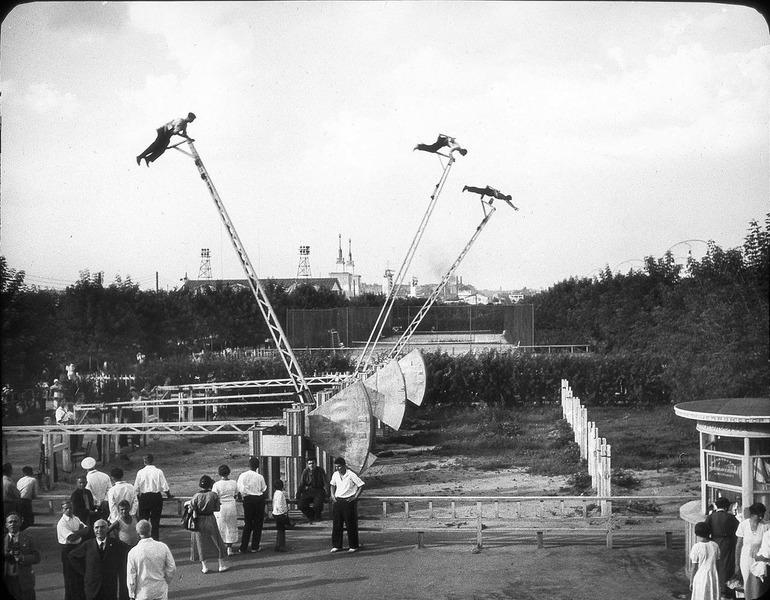 Аттракцион Летающие люди. Парк Горького, 1937 год. Сеанс состоял из 6 полетов по дуге в 180 градусов.