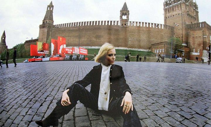 Советская манекенщица Галина Миловская на Красной площади, Москва, 1969 год.
