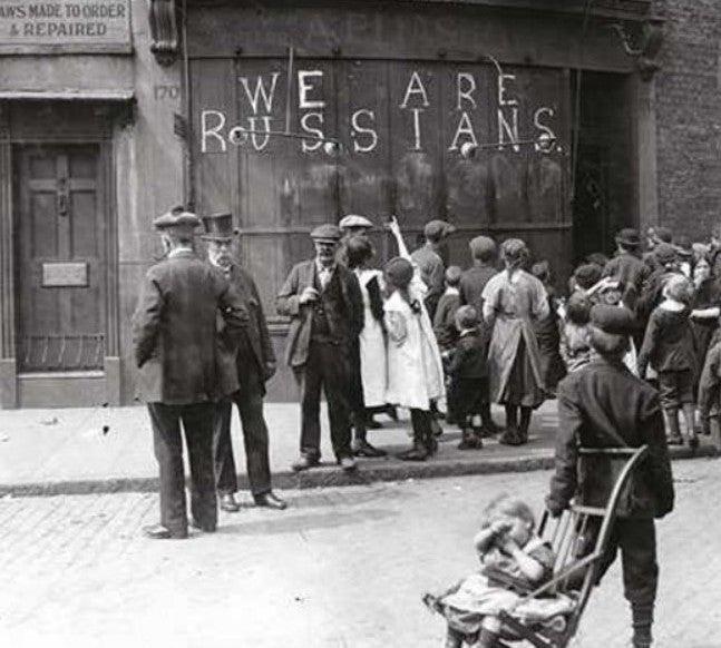 Надпись мелом Мы русские на магазине, Лондон, 1915 год.