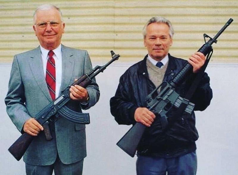 Конструкторы Стоунер и Калашников позируют с оружием