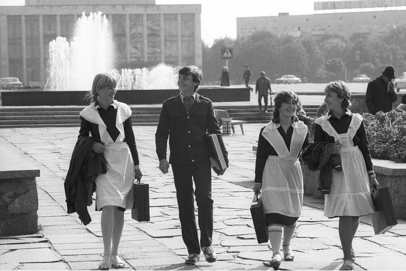Советские школьники с дипломатами