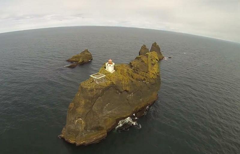 Маяк Тридрангар на острове Вестман, Исландия