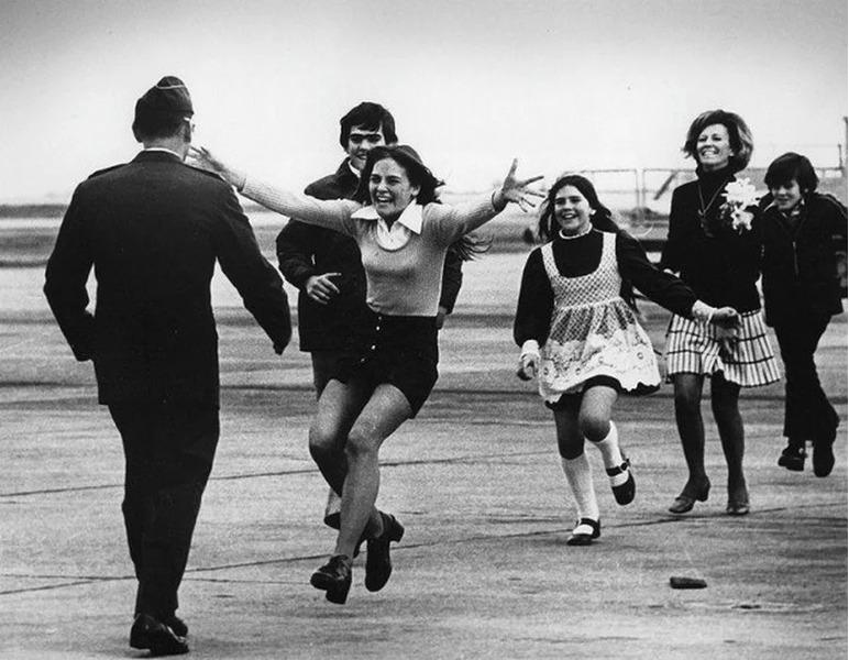 Фотография Взрыв радости, подполковник США Роберт Л. Стирм встречается со своей семьей