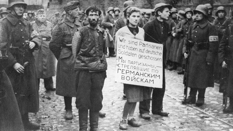16-летняя Мария Брускина, слева — Кирилл Трус, справа — Володя Щербацевич. Минск, СССР, 26 октября 1941 года.