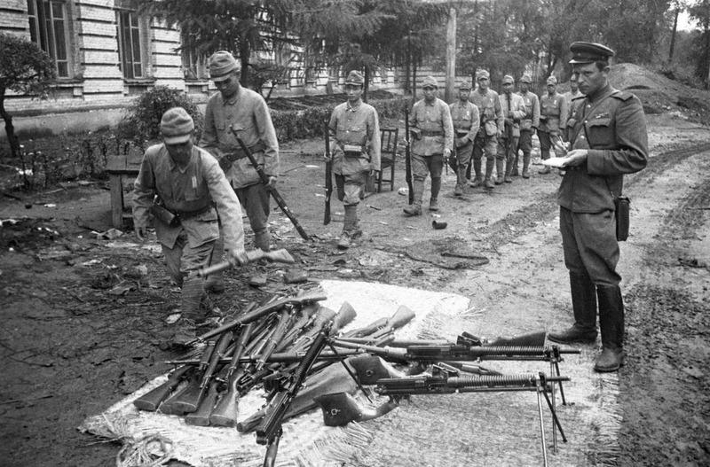 Японские солдаты сдают свое оружие советскому офицеру