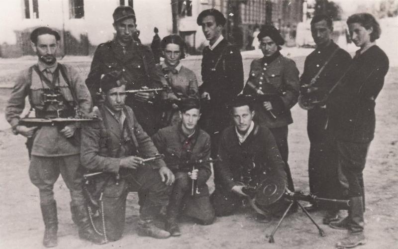 Партизанский отряд ФПО, во главе с Аббой Ковнером (стоит в центре)  14 июля 1944.