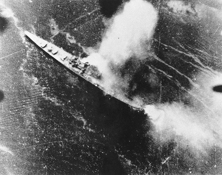 Японский крейсер Тикума под атакой 5 ноября 1943 года