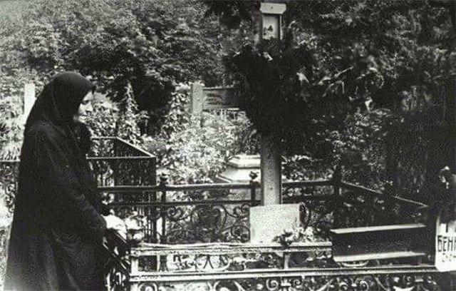 80-летняя мать Сергея Есенина на могиле сына в последний год своей жизни. Москва, 1955 год