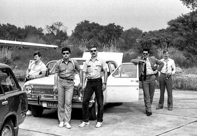 Сотрудники группы А КГБ СССР фотографируются для личного фотоархива, Сухуми, 1990 год.