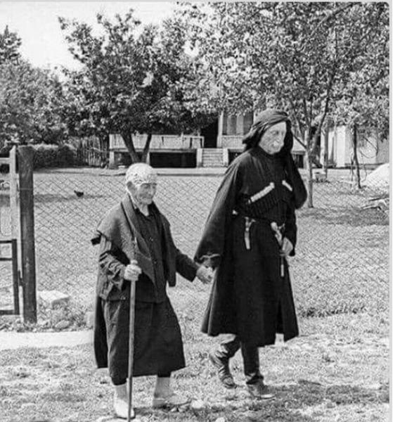 137-летняя Хпап Лазурия и ее сын, 95-летний Дзукури Лазурия Абхазия 1980 год