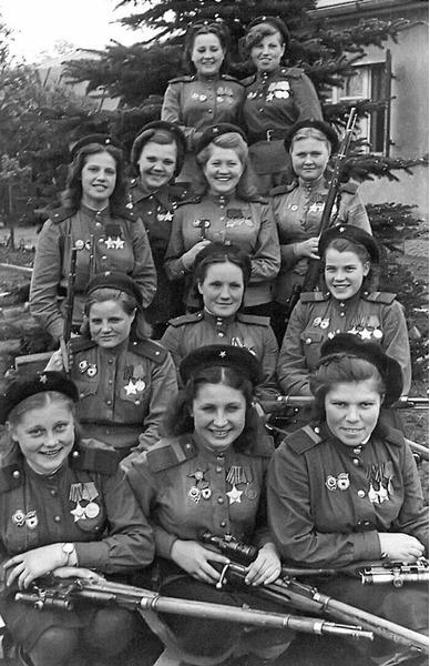 Советские женщины-снайперы 3-й ударной армии 1-го Белорусского фронта, на их счету 775 убитых. Германия, май 1945 года