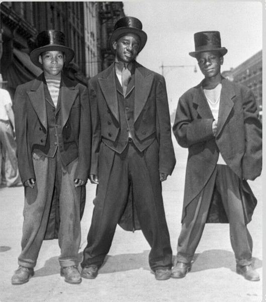 Молодые афроамериканцы в модных костюмах, украденных из магазинов одежды во время беспорядков в Гарлеме в августе 1943 года.