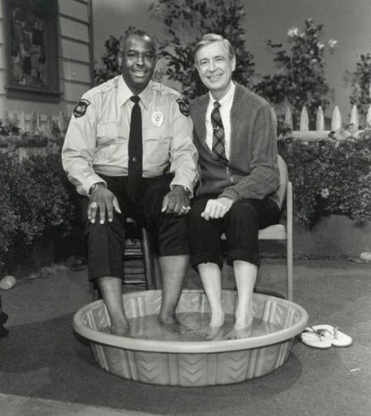 В 1969 году, когда чернокожим американцам было запрещено плавать рядом с белыми, телеведущий мистер Роджерс (Фред Роджерс) решил пригласить офицера Клеммонса присоединиться к нему и охладить ноги в бассейне. США.