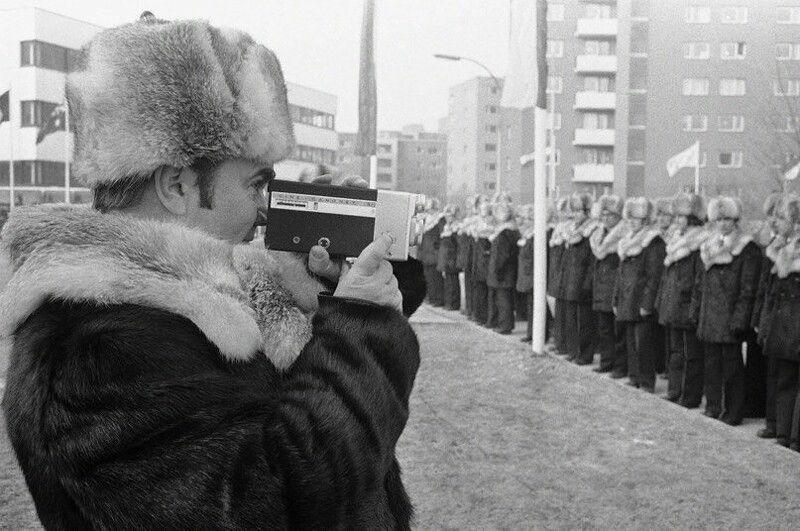 Сергей Павлов - министр спорта СССР, снимает на киноплёнку советскую команду. Олимпиада. Инсбрук. Австрия. 1976 г.