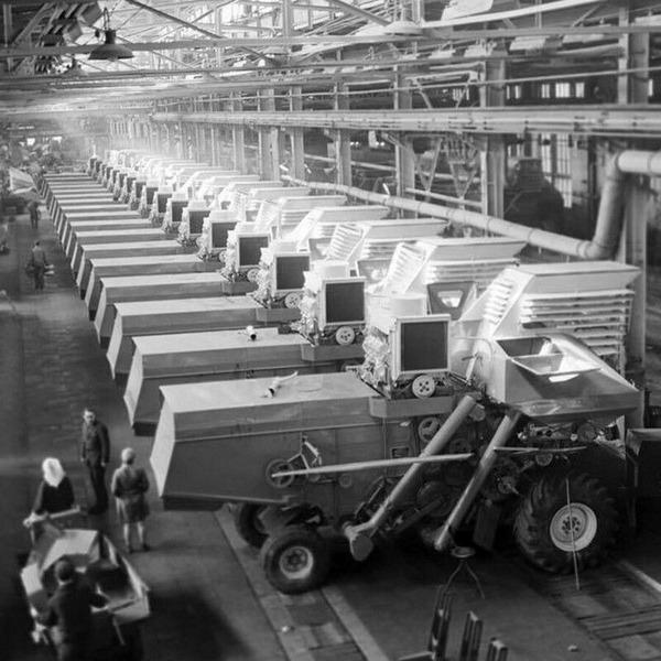 В цеху Таганрогского комбайнового завода, 25 апреля 1972 года, СССР