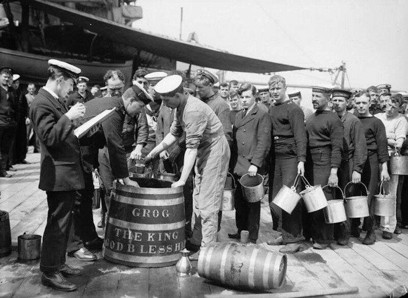 Британские моряки на борту  линкора H.MS King George V в очереди на получение дневного рациона грога. Великобритания, 1914-1918. Раздача алкоголя была упразднена только в 1970 году.